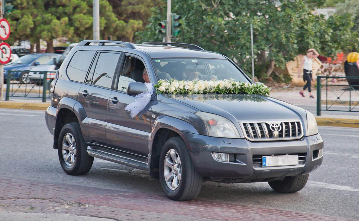 Τραπέζι γάμου - Στολισμένο αυτοκίνητο πολυτελείας για τη νύφη