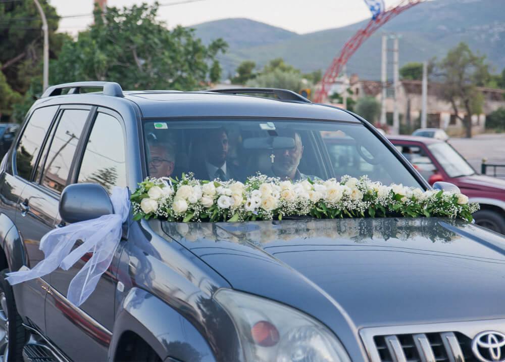 Πολυτελές αυτοκίνητο για το ζευγάρι στο τραπέζι του γάμου του